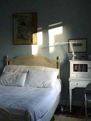 Queen-Size-Bett und Schreibtisch
