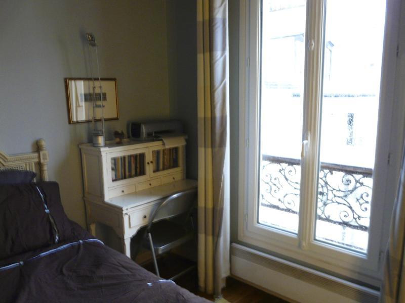 Bonheur du Jour Rezeption und französische Fenster im Schlafzimmer