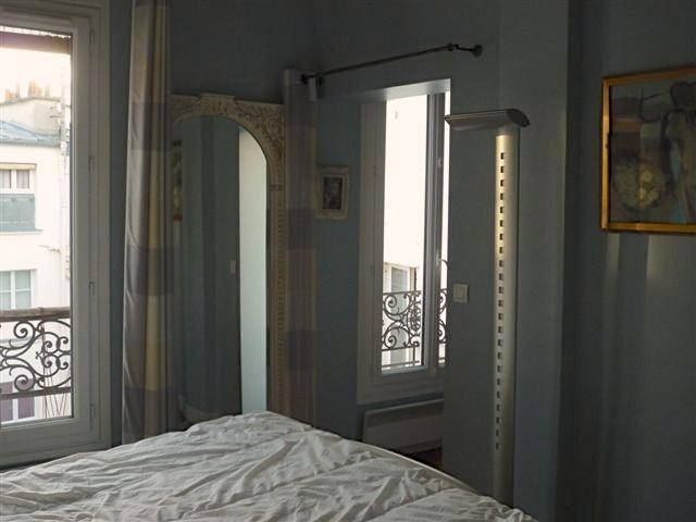 Blick über Teil des Schlafzimmers aus dem Queen-Size-Bett
