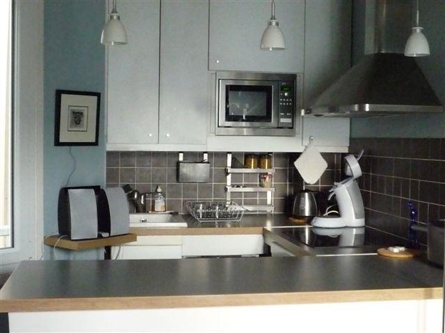 Küche mit Theke vom Wohnzimmer aus gesehen