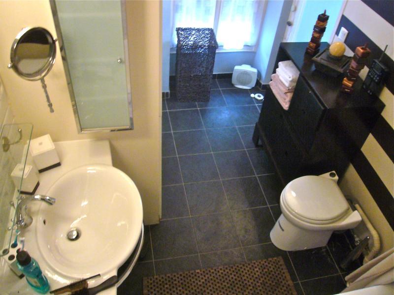 Badezimmer mit Lavabo, Badewanne und WC