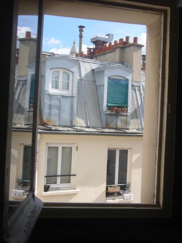 Blick vom Zimmer Pulver-Sacre Coeur im Hintergrund