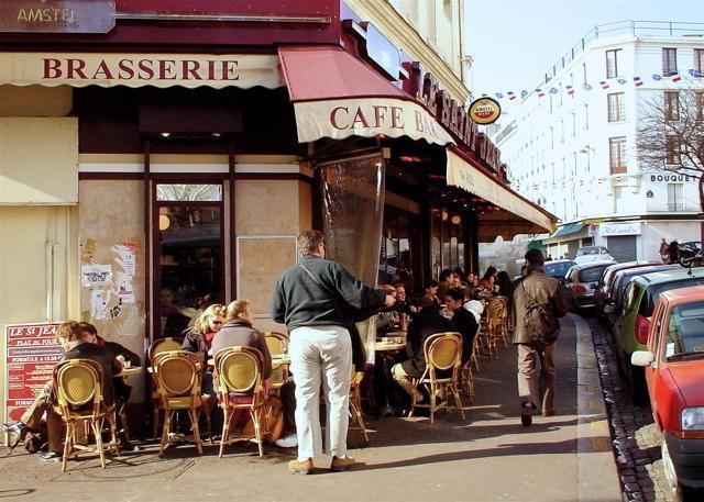 Eines der zahlreichen Cafes auf der Rue des Abbesses, befindet sich das Apartmenthaus