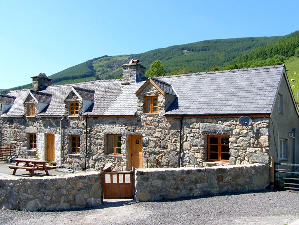 YSGUBOR, pet friendly, luxury holiday cottage, with hot tub in Dinas Mawddwy, holiday rental in Mallwyd