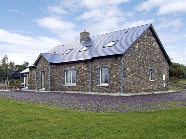 RIVER HOUSE, family friendly, luxury holiday cottage, with a garden in Sneem – semesterbostad i Sneem