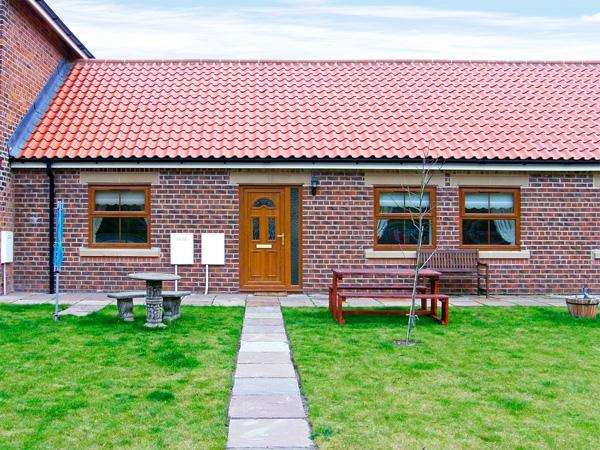 DRUMMER COTTAGE, pet friendly, with a garden in Skinningrove, Ref 3719, casa vacanza a Brotton