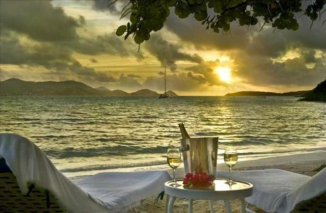 Una romántica puesta de sol en la playa