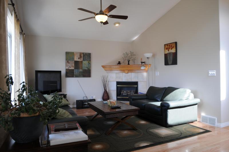 Sala de estar con techos abovedados, pisos de madera.