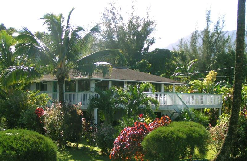 Enjoy comfortable tropical living inside and out with beautiful mountain and ocean views.