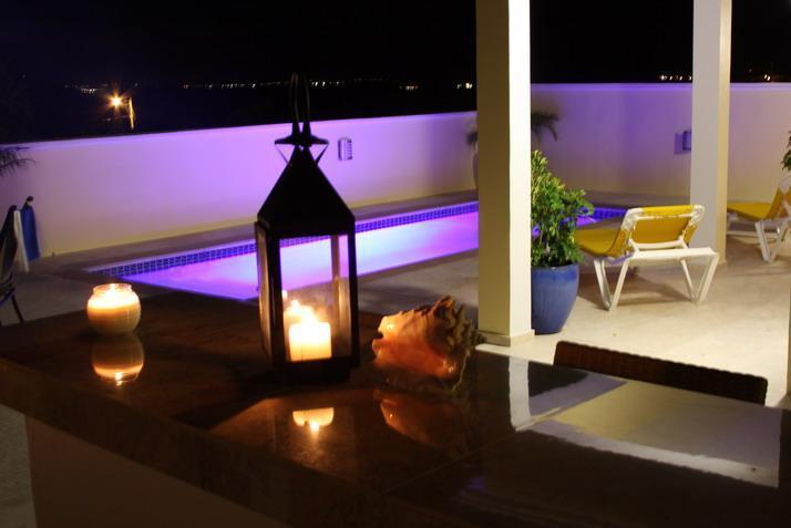 Evening view of pool de barbecue cuisine extérieure au Almond Tree Villa.