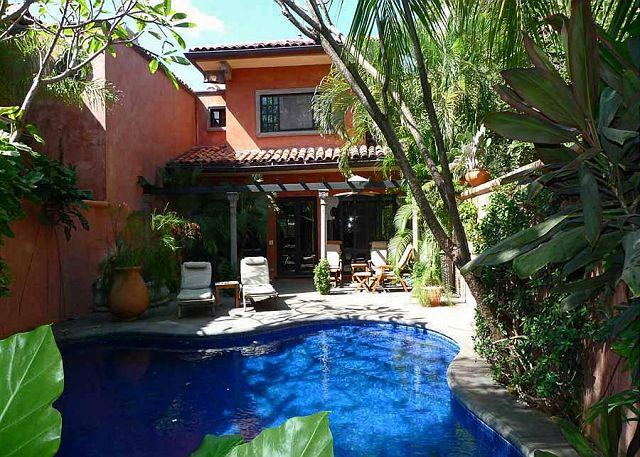 Private luxury villa- across from beach, private pool, tropical landscaping, alquiler de vacaciones en Villarreal