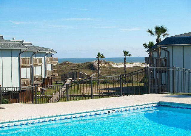 Lovely condo located at waterfront Beachhead. Heated Pool!, alquiler de vacaciones en Port Aransas