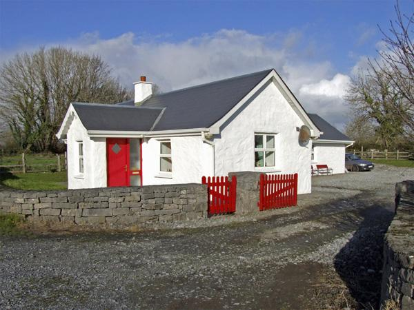 DELIA'S COTTAGE, pet friendly, character holiday cottage, with a garden in, holiday rental in Castletownshend