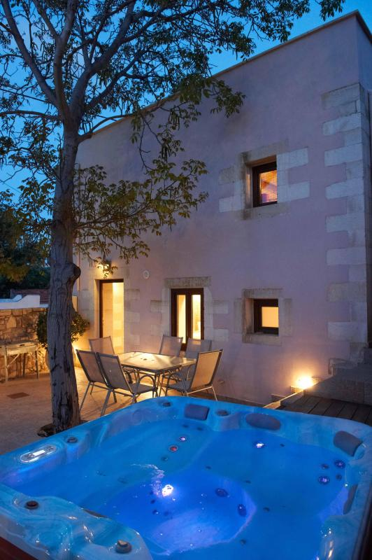 VILLA ALADANOS - private heated jacuzzi in the courtyard