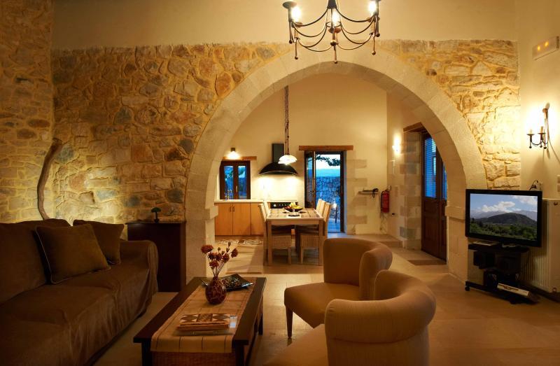 VILLA ALADANOS - sala de estar com LCD de TV satélite, leitor de DVD, lareira, sofás, internet Wi-Fi