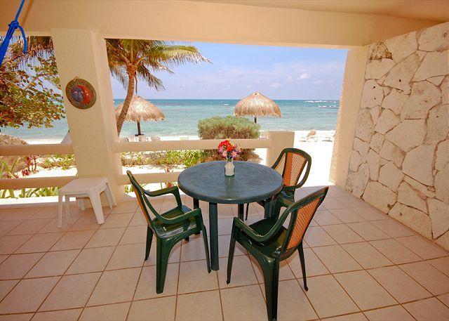 Terraza frente al mar con tabe para comer al aire libre. La Mirage 1