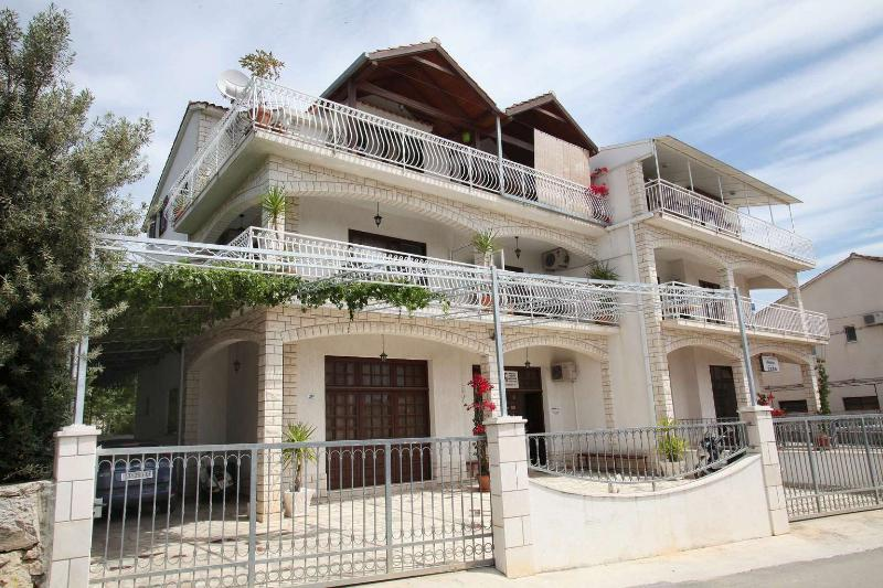 Cosy Apartment Near Center - Balcony and Parking – semesterbostad i Trogir