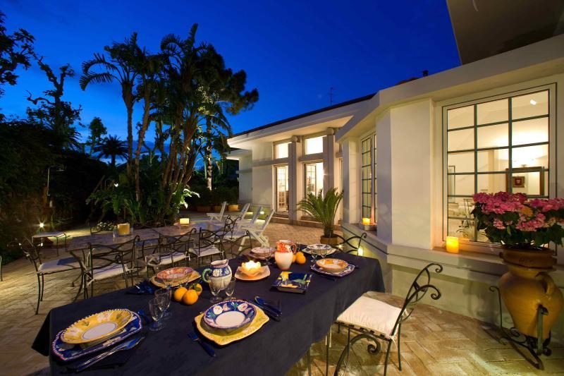 patio privado con mesas y sillas.