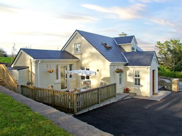 1 CLANCY COTTAGES, family friendly, with a garden in Kilkieran, County Galway, holiday rental in Carna