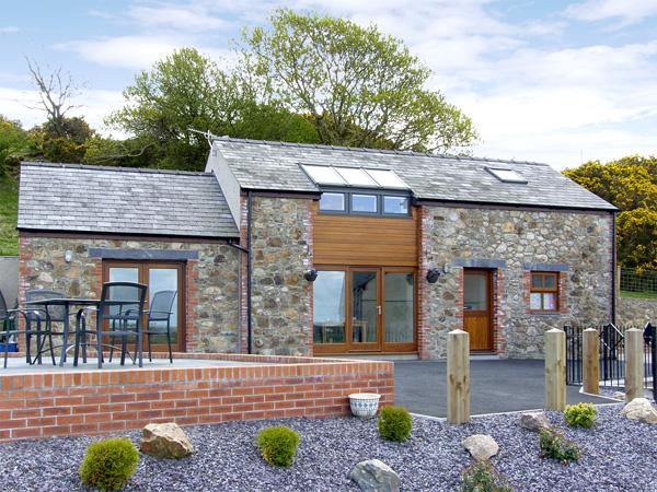 YSGUBOR PENRALLT, romantic, luxury holiday cottage, with a garden in Y, holiday rental in Cwm-y-Glo