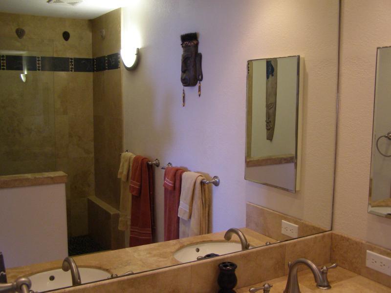Le maître de bain avec cabine douche Carrelage travertin