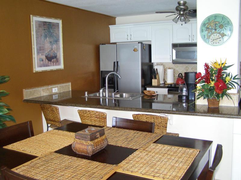 Comptoir de granit, cuisine bien équipée et espace à manger