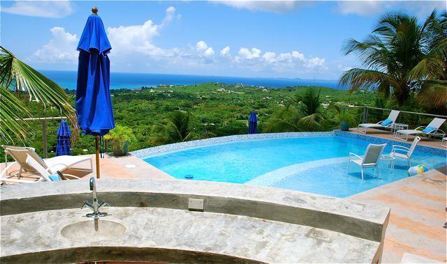 Vista desde un bar junto a la piscina al aire libre del VDM.