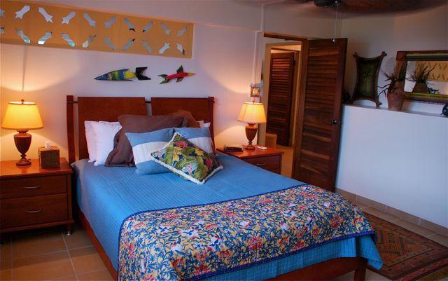 Un dormitorio dormitorio, cama de matrimonio.