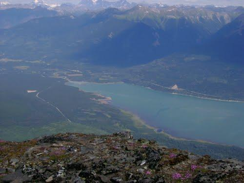 Vista da parte superior da Canoa Mtn. Olhando para baixo em direção a propriedade e Kinbasket lago.