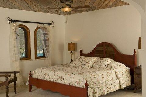 Plus bas, suite avec salle de bain lit king, lit king size, s'habillant la zone et a/c
