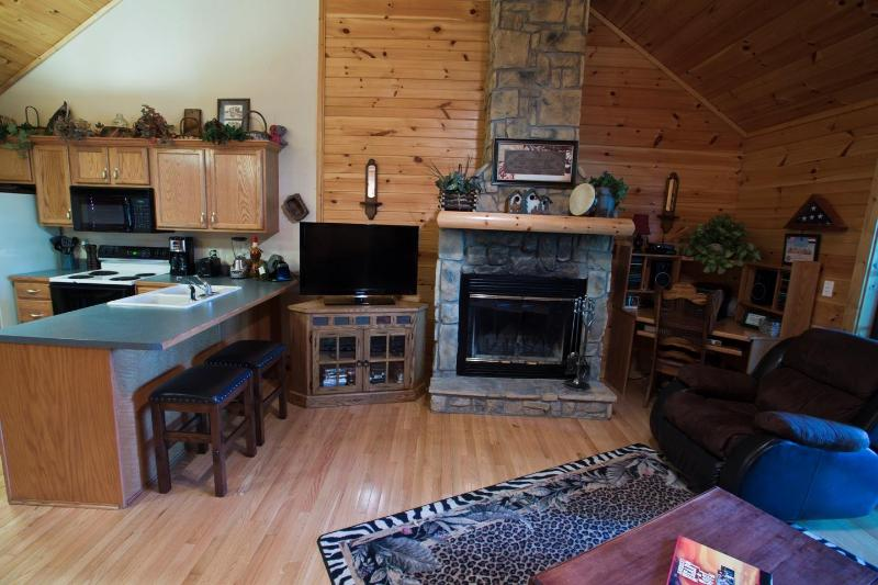 Charming Log Cabin- Honeymooners Haven, holiday rental in Branson