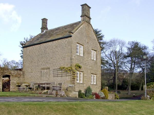 UNDERBANK HALL COTTAGE, pet friendly, country holiday cottage, with a garden in, location de vacances à South Yorkshire