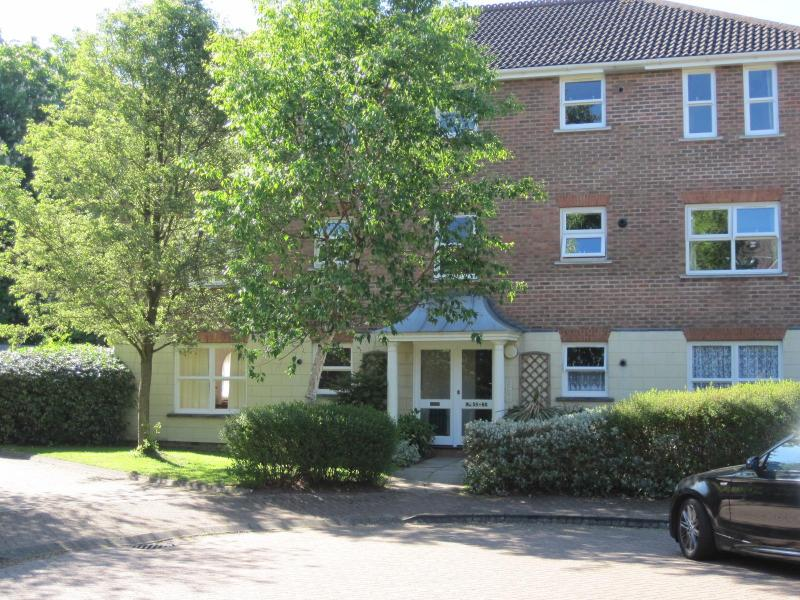 Spacious first floor apartment, walking distance to town centre, vacation rental in Mannings Heath