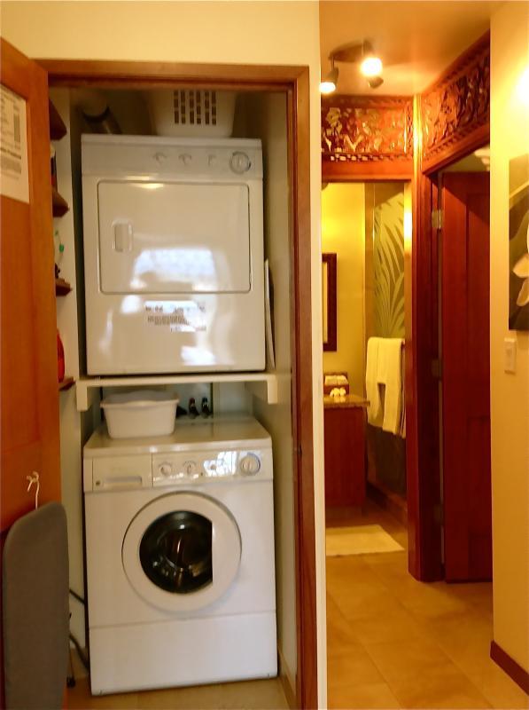 Área de lavado tiene una puerta que se cierra y el almacenamiento de suministros de lavandería