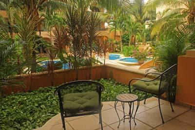 Gasten slaapkamer heeft privé terras met uitzicht op zwembad & tuin