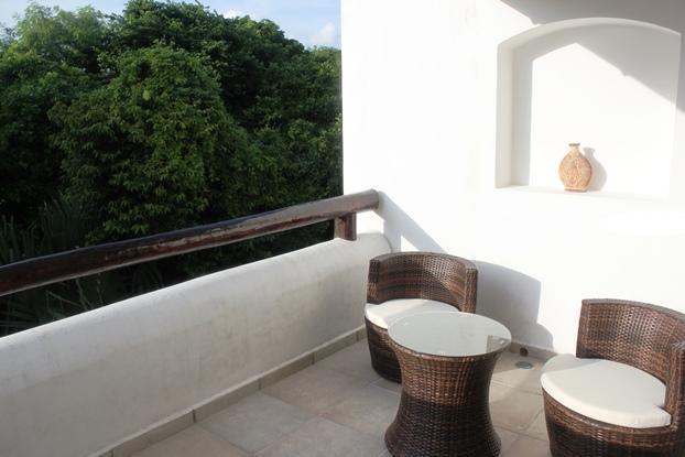 Relajarse en la apartada terraza del dormitorio principal. Puntos de vista sobre los árboles de la naturaleza