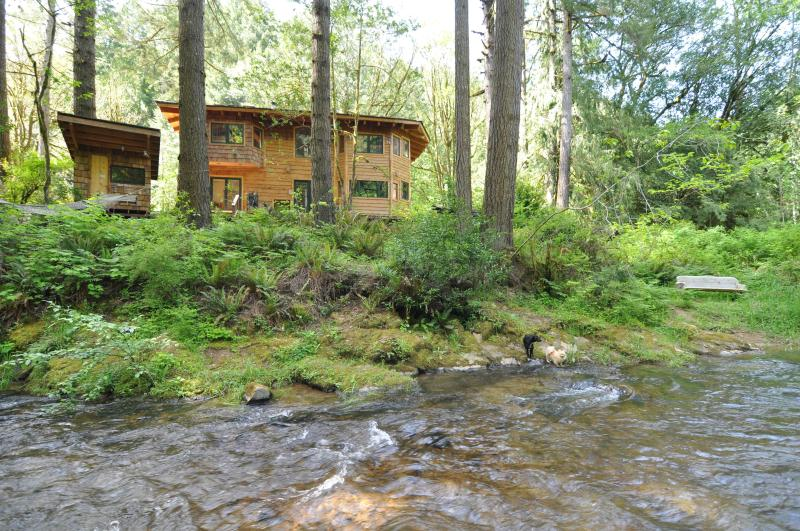 Below the Falls Lodge- by Golden & Silver Falls, vacation rental in Reedsport