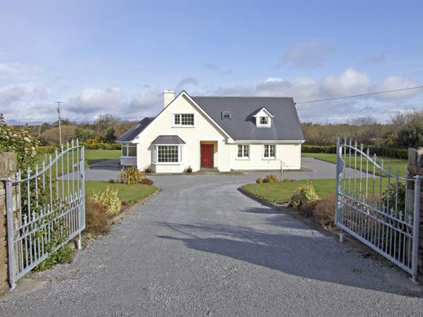 FERN VIEW HOUSE, family friendly, country holiday cottage, with a garden in, holiday rental in Farranfore