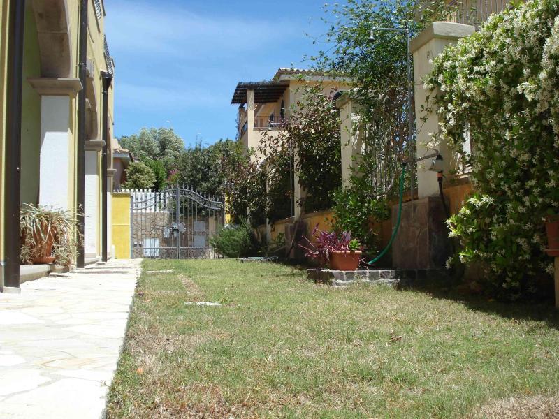 Entrance/Upper garden