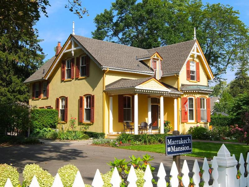 Marrakech Mansion 1 block to Queen St. 1/2 to Lake, holiday rental in Niagara-on-the-Lake