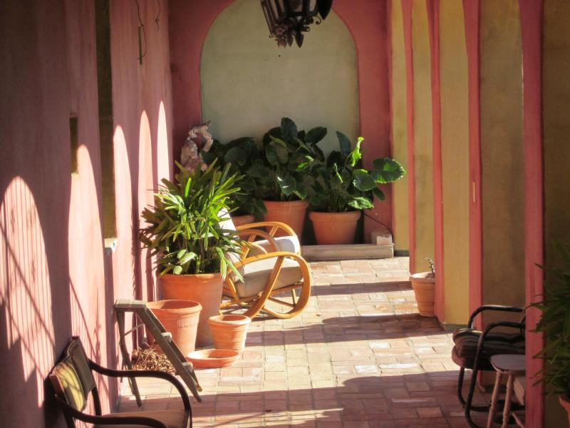 Entrée privée à travers cette zone de loggia conduit à la maison d'hôtes.