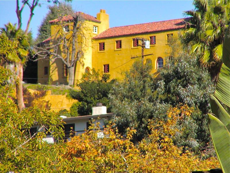 Grande maison repose sur une colline de Hollywood Hills.