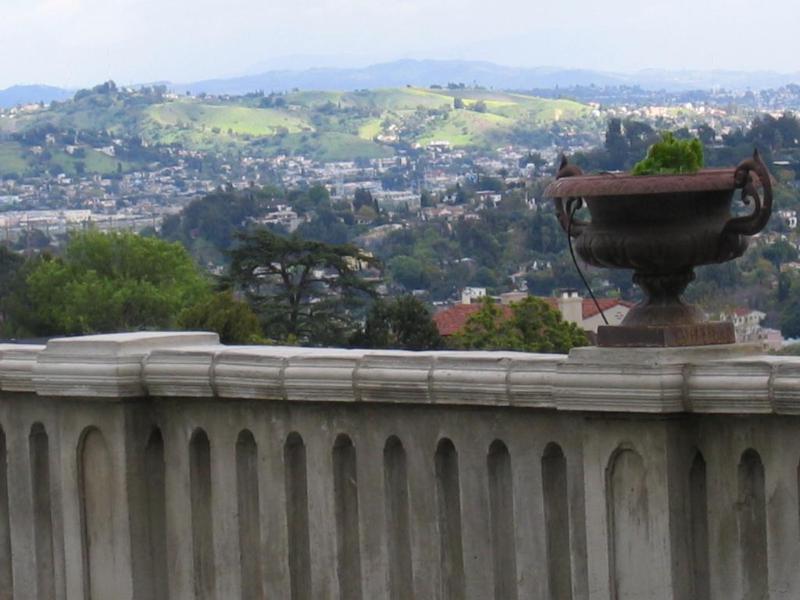 La vue Villa Sophia vers l'est en direction de Pasadena. Ces collines verdoyantes peuvent être une surprise.