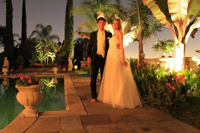 Romantique éclairage extérieur de la piscine.