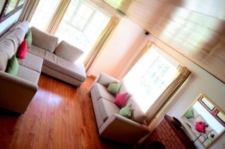 De woonkamer is prachtig ingericht in een gezellige lay-out