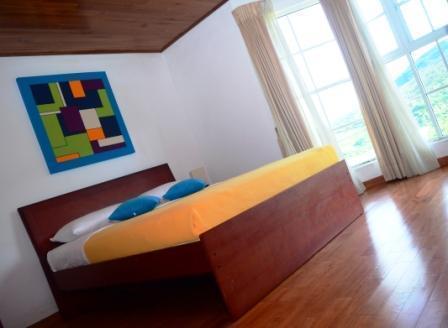 Ruime slaapkamer met volledige lengte erker biedt een fantastisch uitzicht op de tuinen van de thee