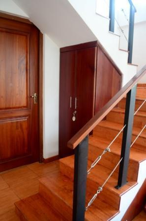 De trap leidt naar de pantry en eethoek