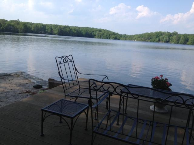 Notre terrasse au bord du lac à bord de l'eau avec mini-plage
