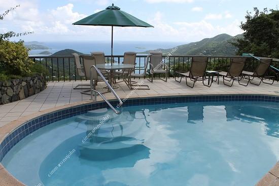 Satinwood a une vue magnifique et la piscine privée est cool et confortable.