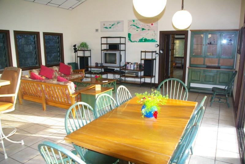 La mesa de comedor en la gran sala, con gran vista cercana.